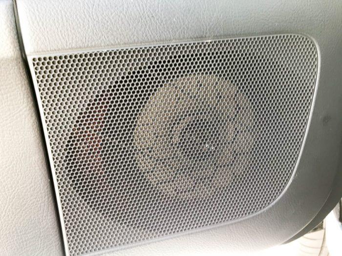 車内から見たカースピーカーの外観