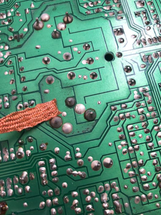 電解コンデンサの交換(ハンダ吸い取り線)
