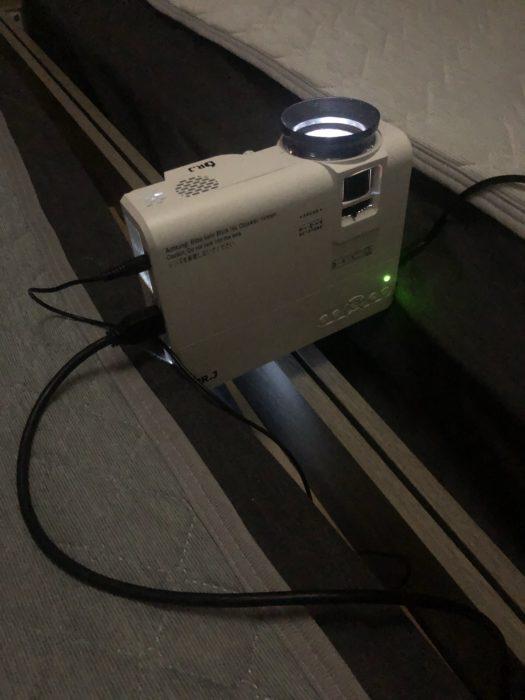 プロジェクターの映像を天井に写す