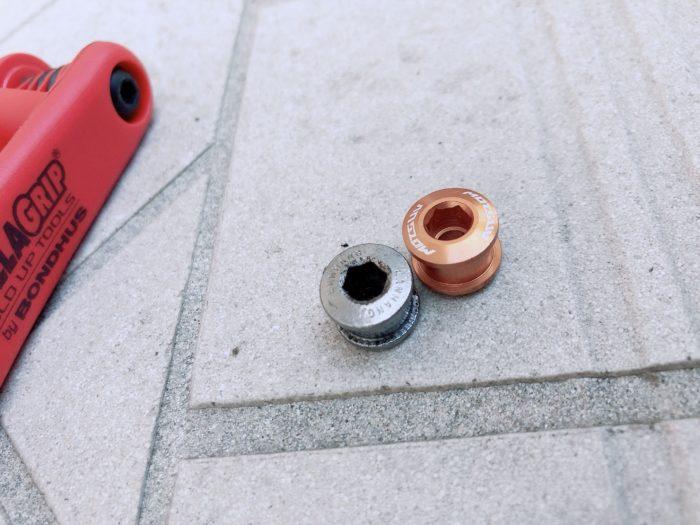 アルミ素材のチェーンリングボルト