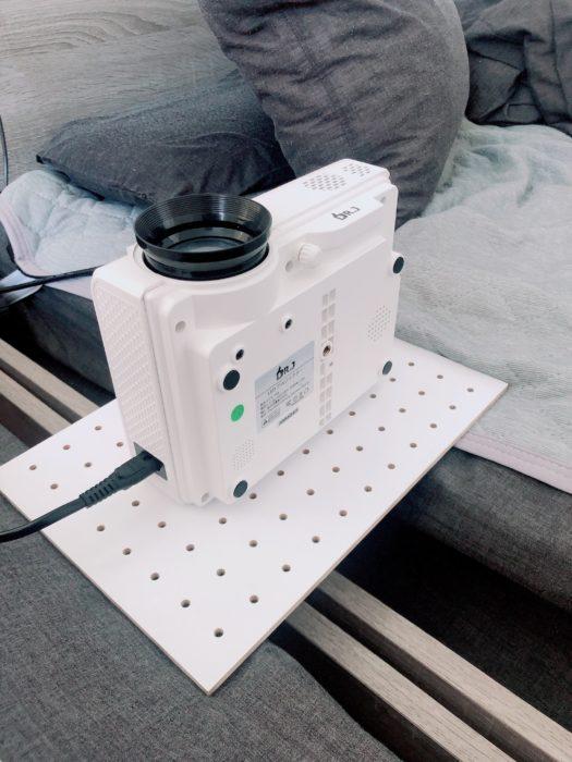 プロジェクターの映像を天井に投影する
